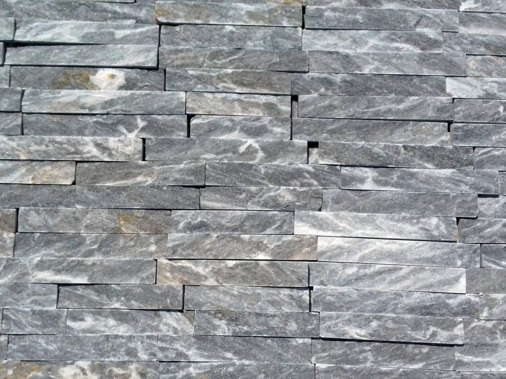 Sivo-beli-prirodni-kamen-plava-ukrasni-kamen-plocice